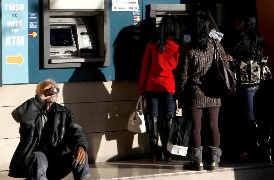 Kolejka do bankomatu na Cyprze