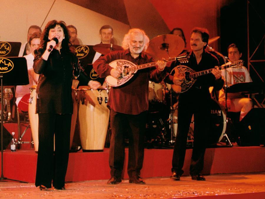 Eleni z zespołem podczas Jubileusz 80-lecia Kazimierza Górskiego (2001)