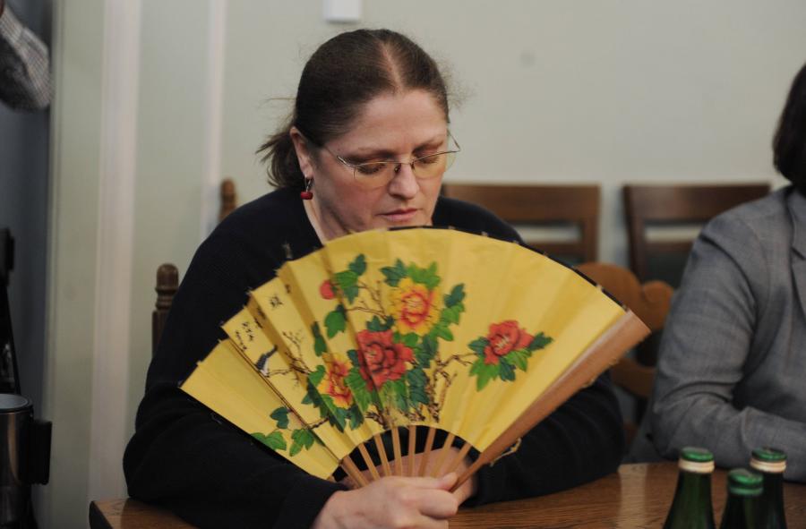 Krystyna Pawłowicz z wachlarzem w Sejmie