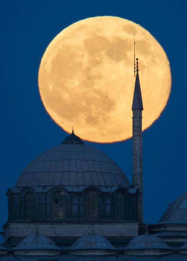 Superksiężyc nad Pałacem Topkapi w Stambule