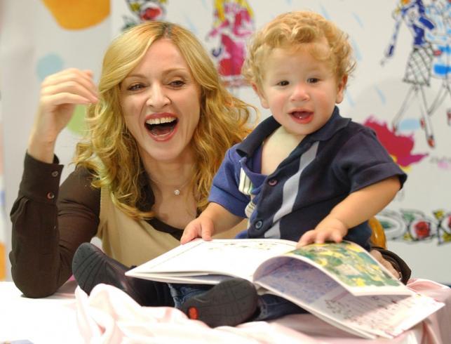"""Madonna czyta dzieciom swoją książkę""""Angielskie różyczki"""" – 2003 rok"""