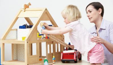 Dziecko bawiące się z matką