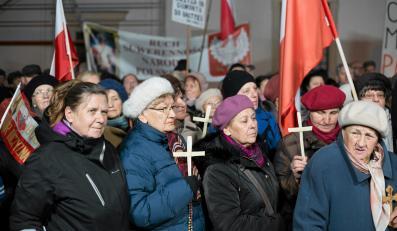 Protest przeciwko filmowi z nagim mężczyzną i figurą Chrystusa