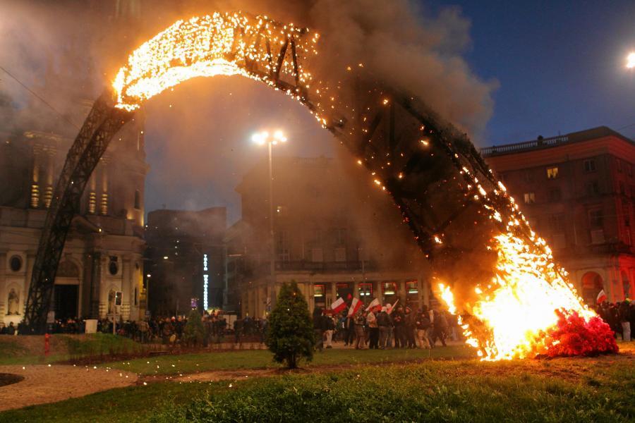 Podpalona tęcza na Placu Zbawiciela