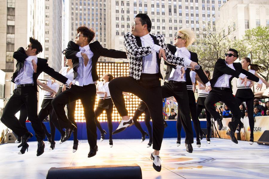 """PSY podczas występu w programie NBC """"Today"""" –3 maja 2013"""
