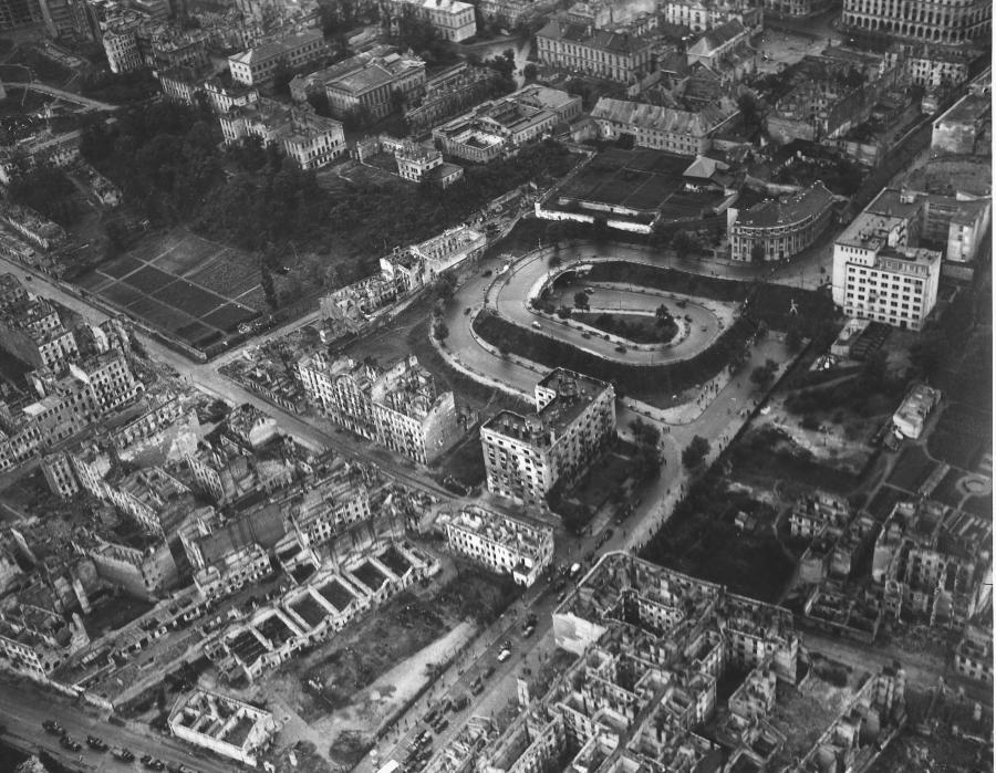 Fotografia lotnicza Warszawy wykonana w 1945 roku, prawdopodobnie z pokładu radzieckiego samolotu