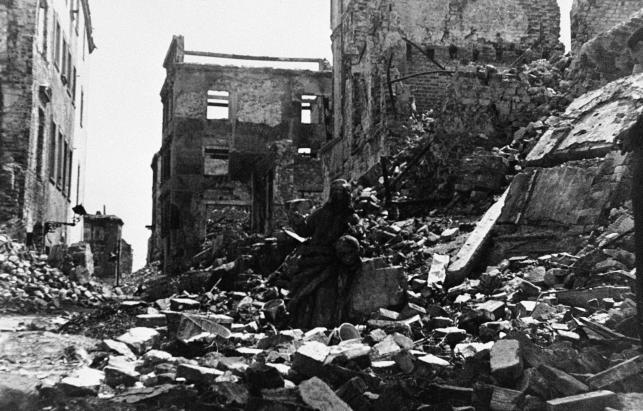 Warszawa w 1945 roku. Specjaliści oceniający zniszczenia powojennej stolicy Polski oszacowali, że pokrywało ją 20 milionów metrów sześciennych gruzów