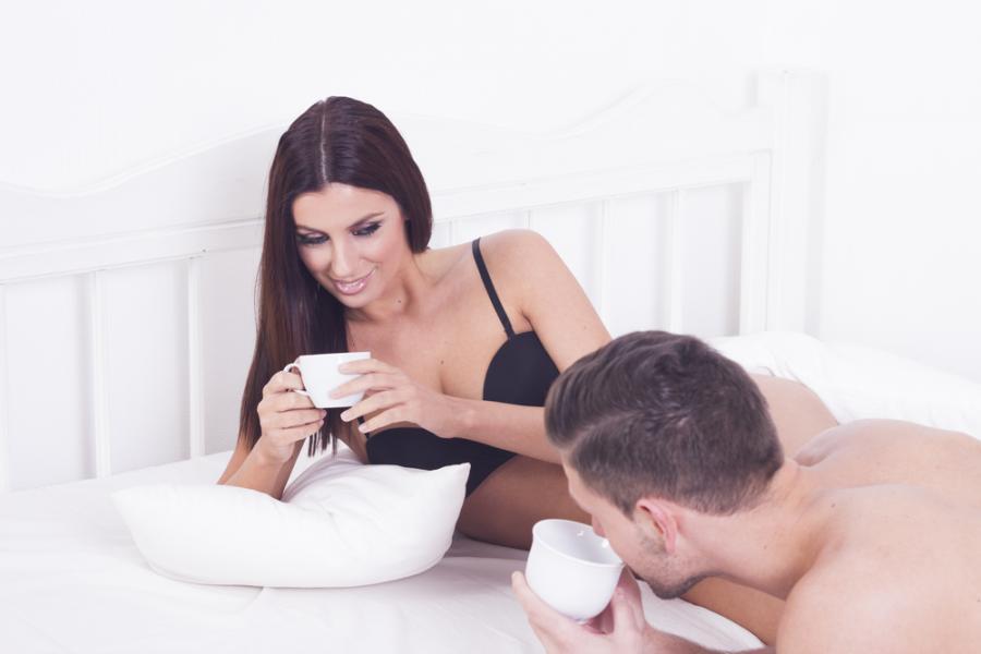 Para pijąca kawę w łóżku