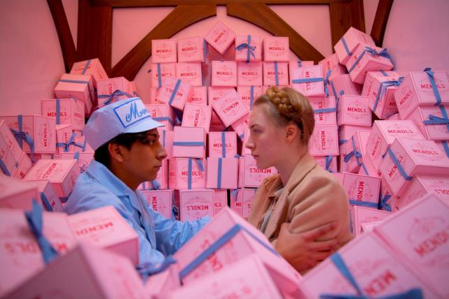 """Tony Revolori i Saoirse Ronan w filmie """"Grand Budapest Hotel"""""""