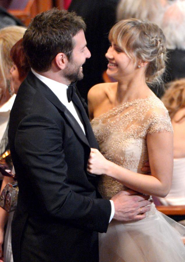 Bradley Cooper i Suki Waterhouse na gali tegorocznych Oscarów