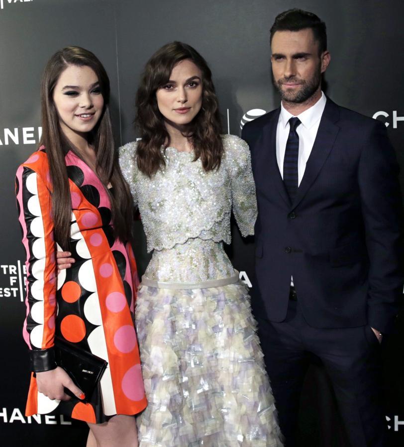 Hailee Steinfeld, Keira Knightley i Adam Levine na premierze w Nowym Jorku