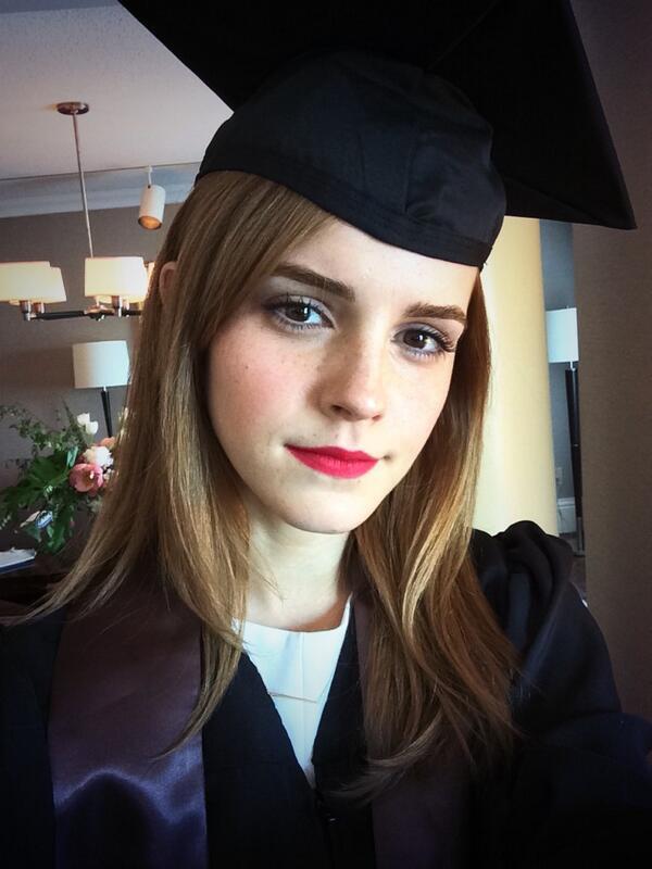 """Emma Watson w todze. Nie przepada za """"sweet fociami"""", ale tym razem zrobiła wyjątek"""