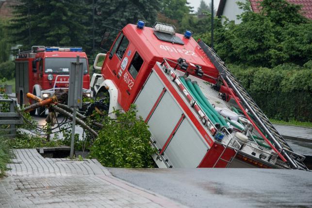 Wóz strażacki wpadł w wielką wyrwę w jezdni
