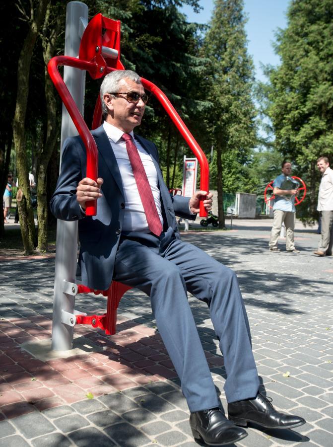 """Andrzej Biernat na siłowni. Ministrowi sportu do """"Pudziana"""" sporo brakuje"""