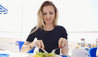 Kobieta jedząca posiłek