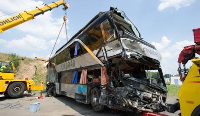 Autobus firmy Sindbad po wypadku na A4