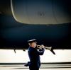 Uroczyste odebranie trumien ze zwłokami ofiar na lotnisku w Eindhoven