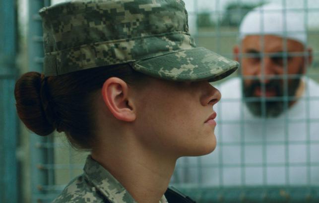 """Kristen Stewart w nowym wcieleniu i dramacie """"Camp X-Ray"""""""