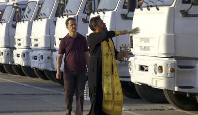 Pop święci białe ciężarówki z pomocą humanitarną z Rosji dla wschodu Ukrainy