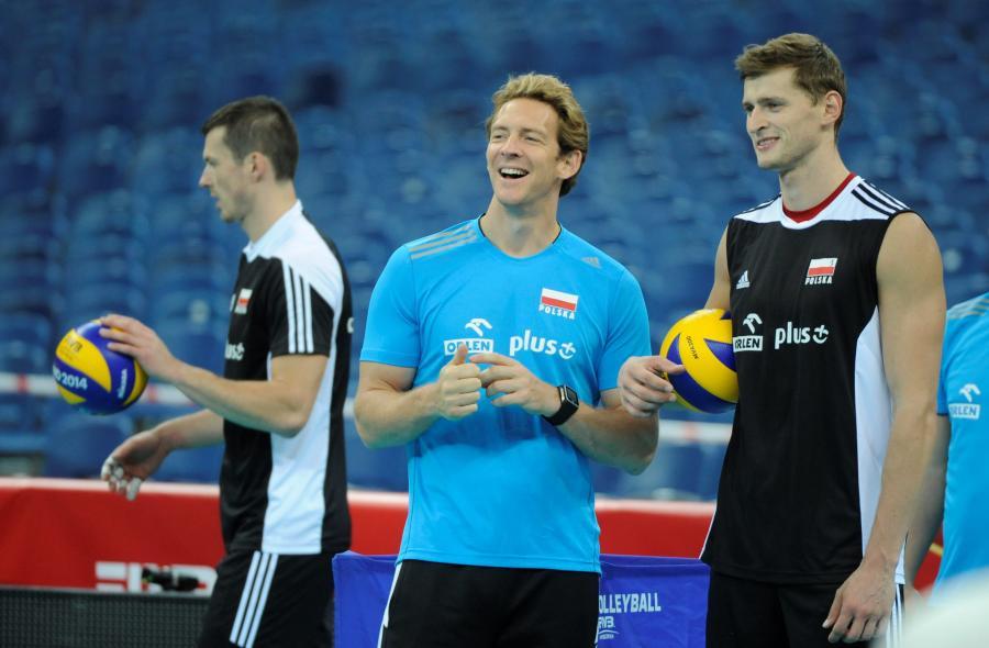 Trener Stephane Antiga (C) i Piotr Nowakowski podczas treningu Polaków przed meczem z Serbią otwierającym mistrzostwa świata siatkarzy na Stadionie Narodowym w Warszawie
