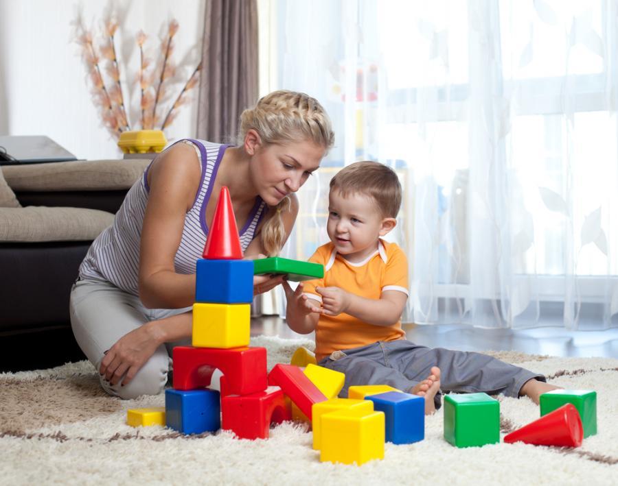 Matka bawiąca się z dzieckiem