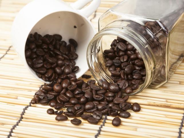 Mit nr 1: Kawę ziarnistą tuż po zakupie warto przesypać do szczelnego pojemnika