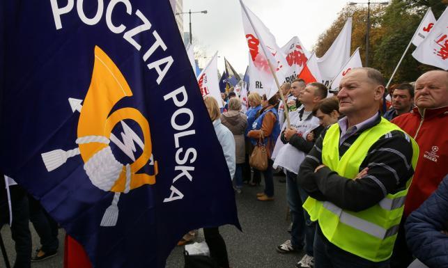 Poczta Polska jak wóz drabiniasty? Pocztowcy protestowali pod resortem