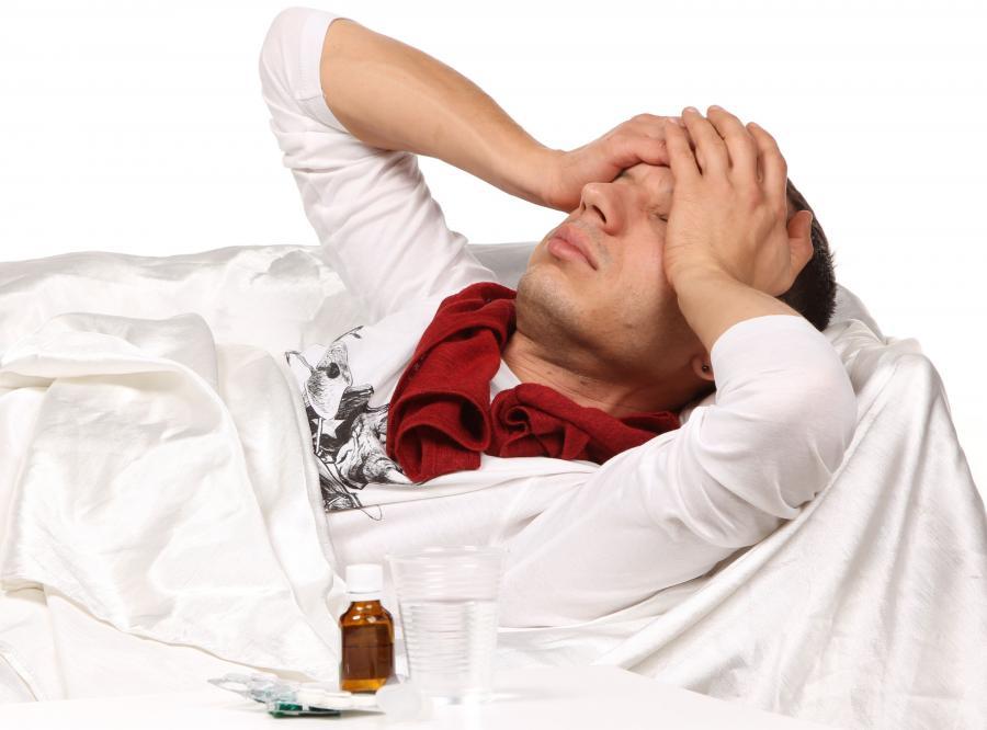 Mężczyzna chory na grypę