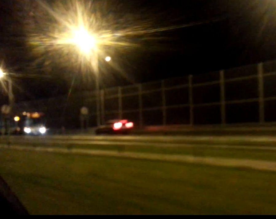 Kadr z filmu - autobus mija się z prawidłowo jadącym autem