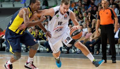 Koszykarz PGE Turów Zgorzelec Namanja Jaramaz (P) mija Andrew Goudelocka (L) z Fenerbahce Ulker Stambuł podczas meczu Euroligi