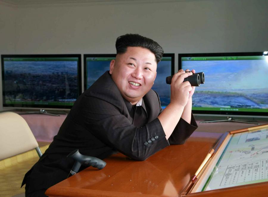 Kim Dzong Un ogląda przez lornetkę ćwiczenia wojskowe