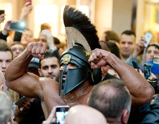 Shannon Briggs w stroju gladiatora prowokuje do walki Wladimira Kliczkę
