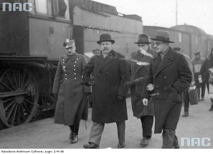 Profesor Politechniki Lwowskiej Kazimierz Bartel (drugi z lewej) podczas powitania na dworcu w Warszawie