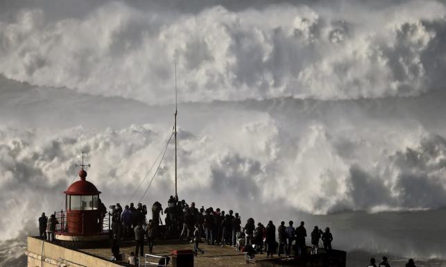 Fale wielkie jak wieżowce i odważni surferzy. Tak wieje w Portugalii