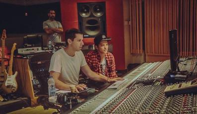 Mark Ronson i Bruno Mars podczas pracy w studio