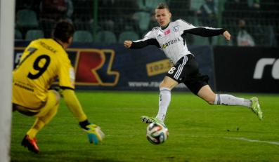 Piłkaz Legii Warszawa Ondrej Duda (P) strzela na bramkę Sergiusza Prusaka (L) z Górnika Łęczna podczas meczu polskiej Ekstraklasy