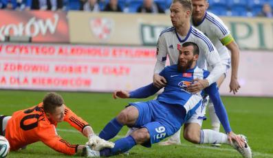 Atakujący Zaur Sadajew (3,P) pokonuje stojącego w bramce Ruchu Chorzów Matusa Putnockyego (L) i zdobywa gola w meczu T-Mobile Ekstaklasy, rozegranym w Poznaniu