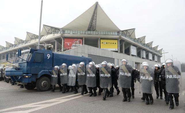 Ćwiczenia policyjnych odziałów prewencji na ul. Łazienkowskiej przy stadionie Legii Warszawa