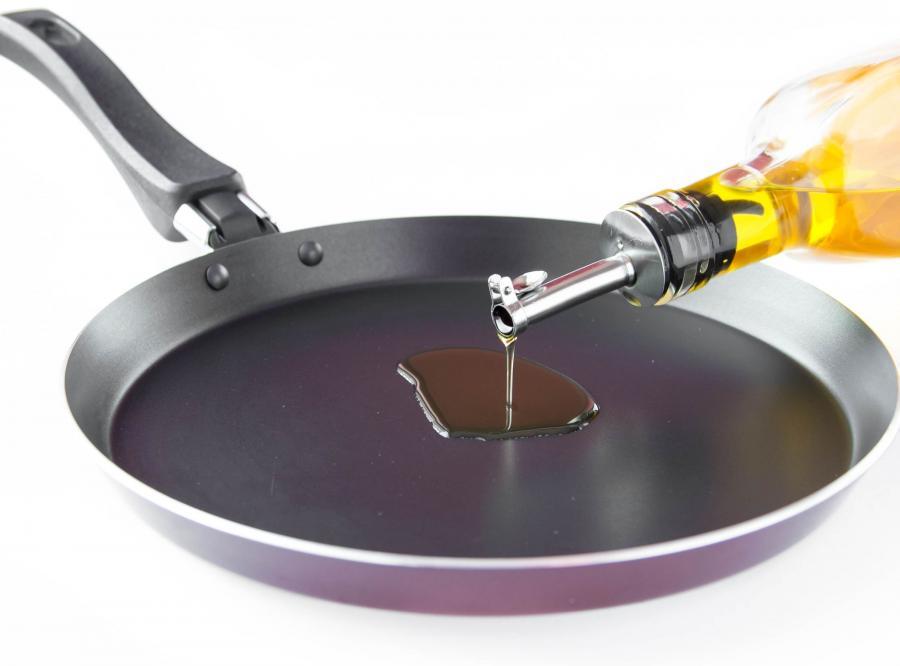 Nalewanie oleju na patelnię
