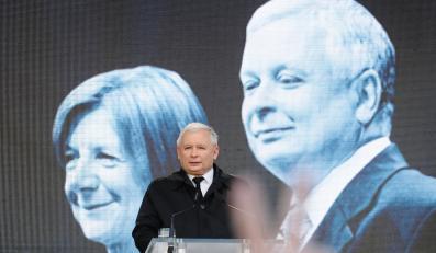 Jarosław Kaczyński przemawiał przez Pałacem Prezydenckim