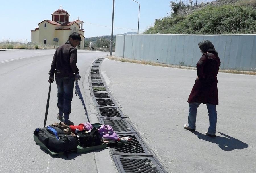 Syryjski uchodźca na greckiej wyspie Lesbos, w walizce z ubraniami śpi dziecko...