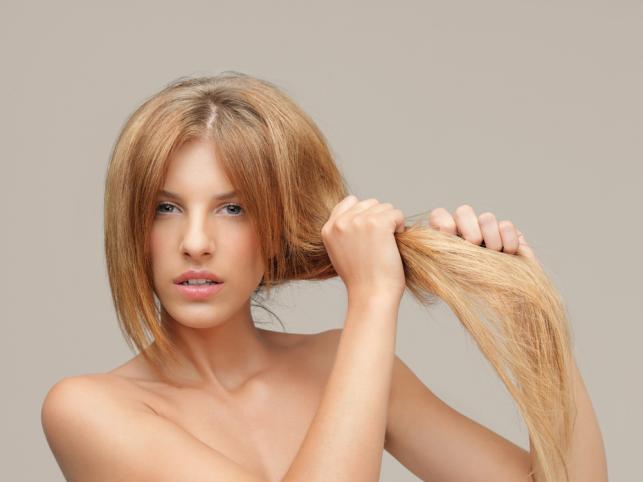 Suche i zniszczone włosy to konsekwencja wielu czynników...