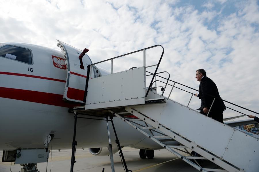 Prezydent Bronisław Komorowski na lotnisku przed wylotem do Bratysławy