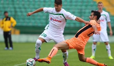 Antonio Colak (L) z miejscowej Lechii i Marios Antoniades (P) z Apoel Nikozja w sparingowym meczu obu drużyn w Gdańsku