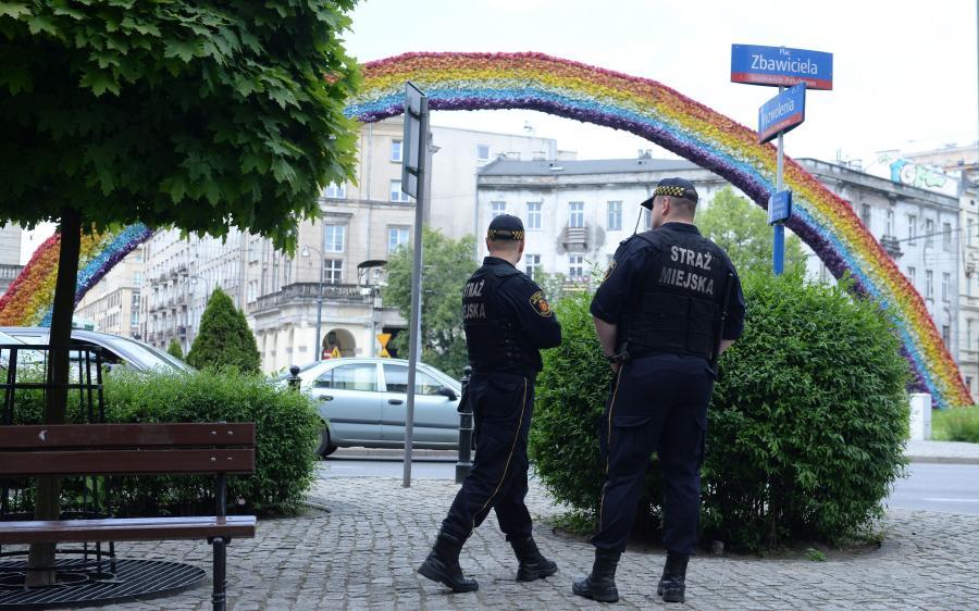 Strażnicy miejscy przy tęczy na Placu Zbawiciela w Warszawie