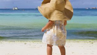 Dziecko w kapeluszu przeciwsłonecznym