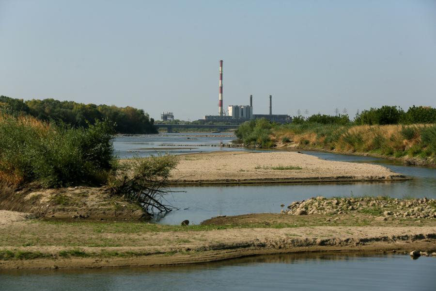 Niski stan Wisły przy elektrociepłowni Żerań