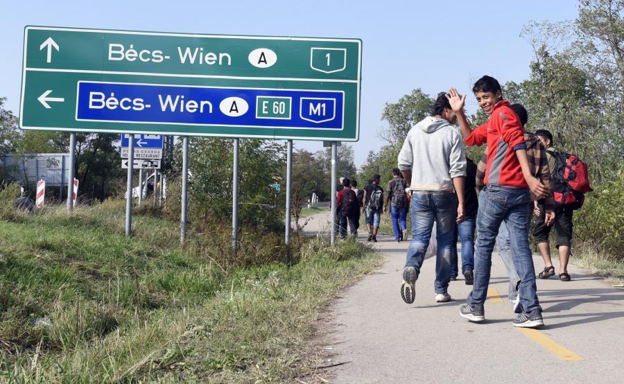 Imigranci na Węgrzech. Zmierzają w kierunku granicy z Austrią