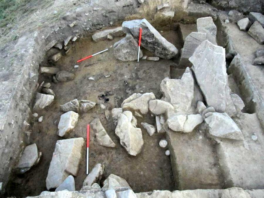 Płyty kamienne wytyczające wejście do wnętrza osady na Górze Zyndrama (fot. M. Przybyła)