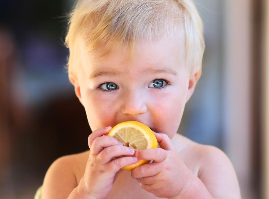 Dziecko je cytrynę
